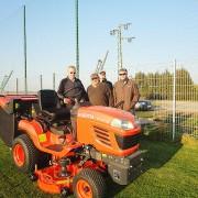 Chef Peter Altmayer übergibt den Rasenmäher an den TuS-Vorstand