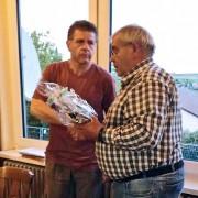 Joachim Jakob und Edwin Henn bei der Präsentübergabe
